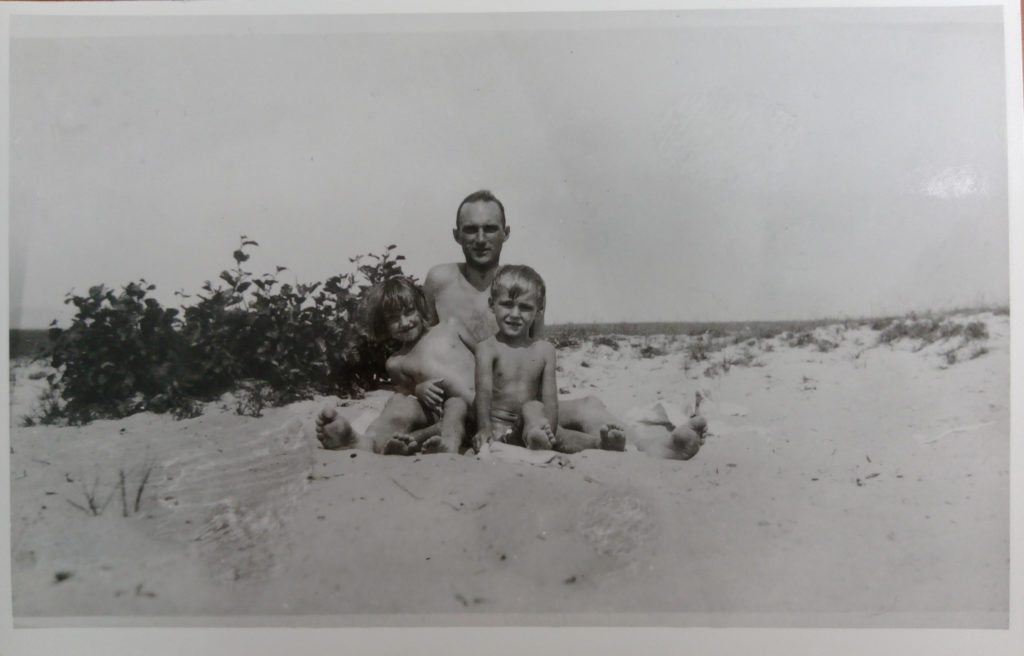 Kazimierz Drecki z dziećmi nad morzem